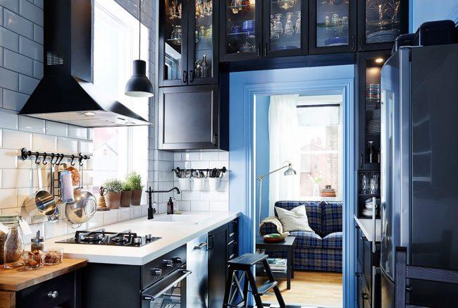 Черная мебель и бытовая техника в интерьере кухни от IKEA