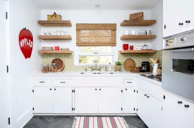 Рулонные шторы из соломки в цвет полочек очень подходят к светлой кухне в стиле кантри