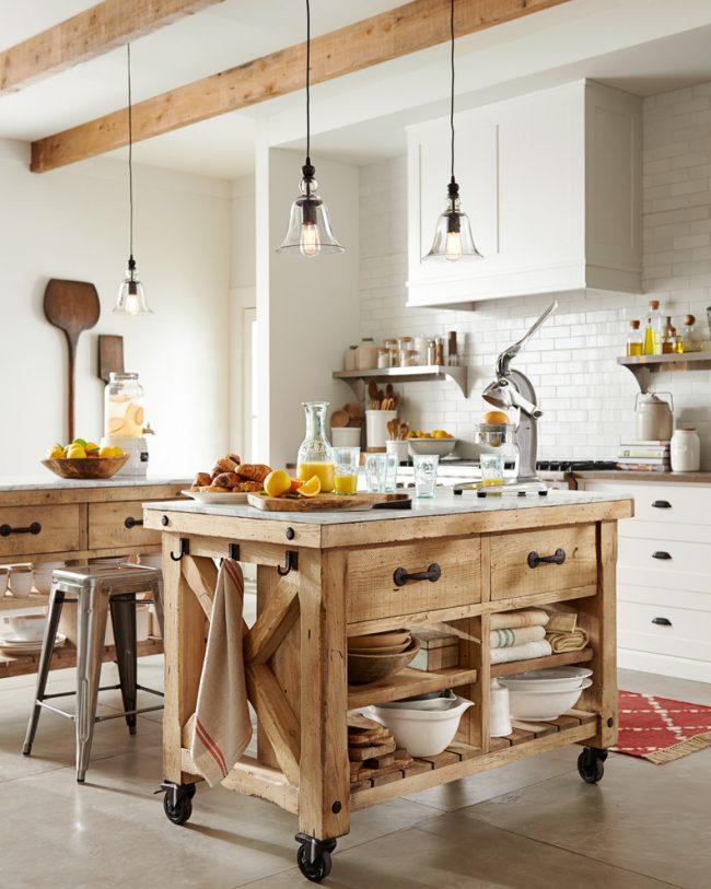 Деревянный стол на колесиках с открытыми полками подойдет для интерьера кухни в стиле кантри