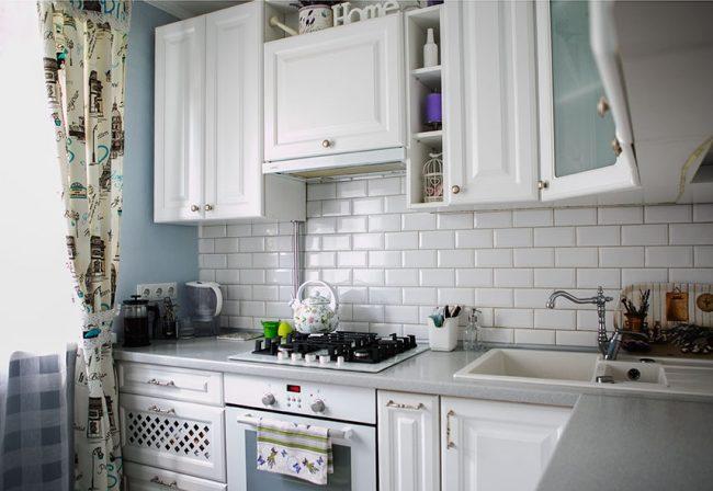 Кухни в стиле кантри и прованс: фото белой угловой кухни в стиле прованс с голубыми стенами