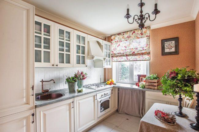 Римские шторы с рисунком ягод популярны в оформлении кухонь в стиле кантри