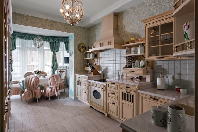 Ажурные обои кафельный фартук и мебель бежевого цвета на кухне в стиле прованс
