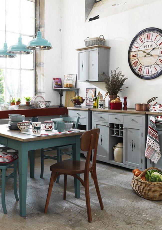 Яркая кухня с голубым оттенком в стиле кантри