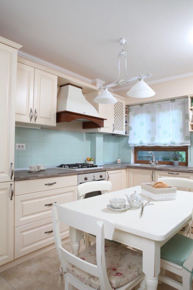 Мебель в пастельных тонах на кухне в прованском стиле