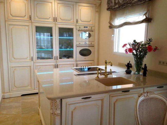 Мебель молочного цвета с патиной на кухне в стиле прованс