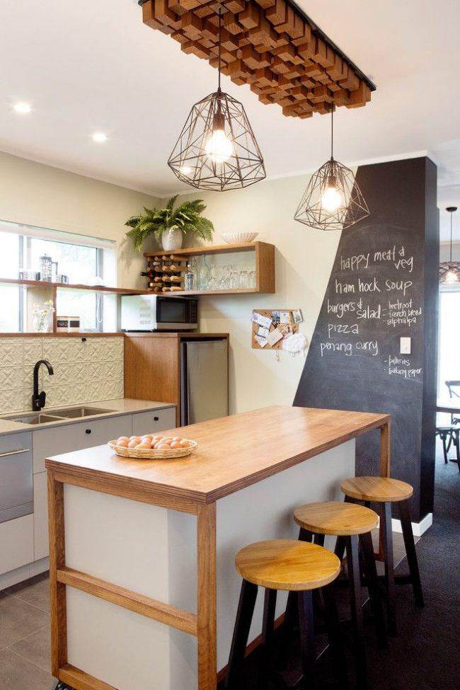 Стены кремового цвета в оформлении кухни в скандинавском стиле