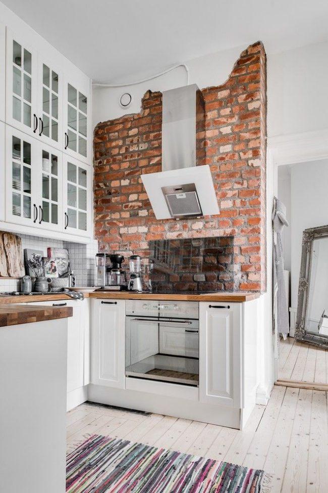 Имитация кирпичной стенки в интерьере кухни в скандинавском стиле