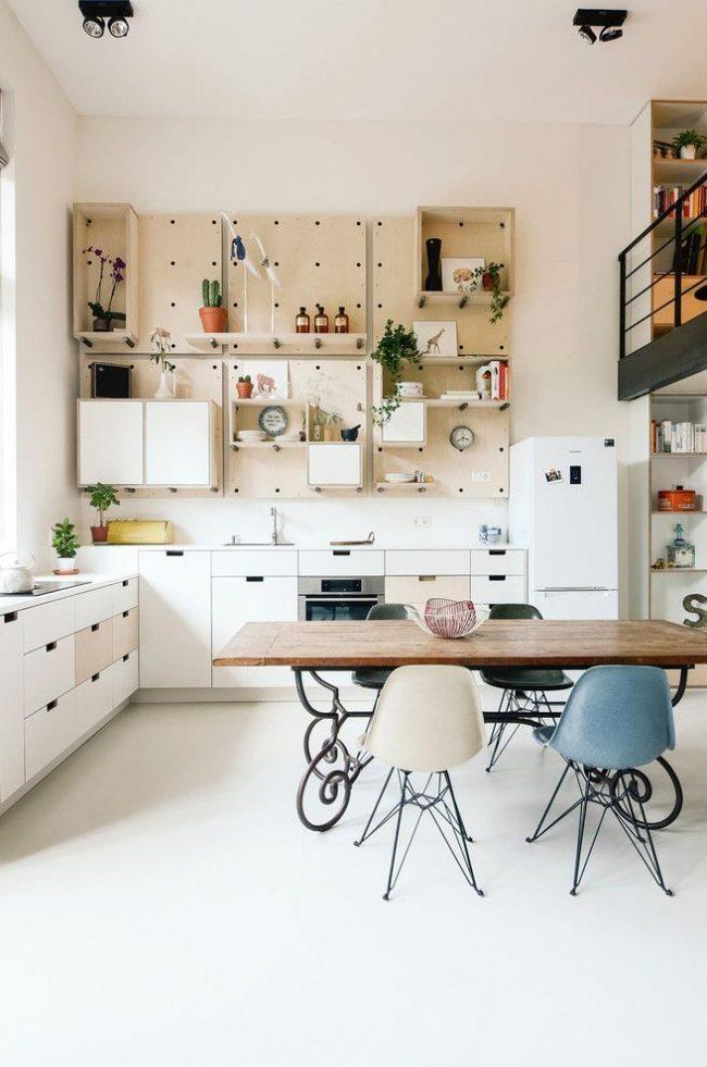 Деревянная мебель с кованными элементами в интерьере скандинавской кухни