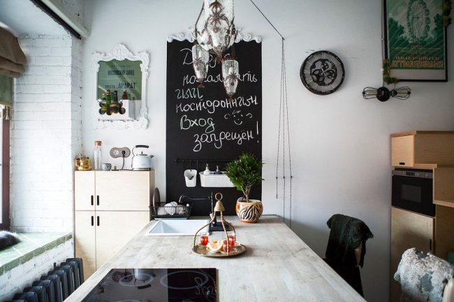 Графитовая вставка на стене, как удобный декоративный элемент в оформлении кухни в скандинавском стиле