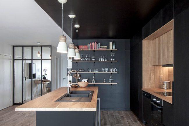 Преобладание черного и серого цвета в оформлении кухни в скандинавском стиле