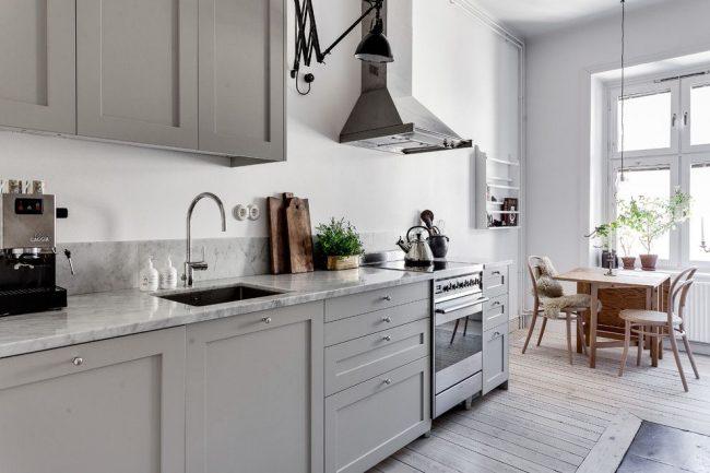 Кухня в скандинавском стиле хорошо смотрится с серой мебелью
