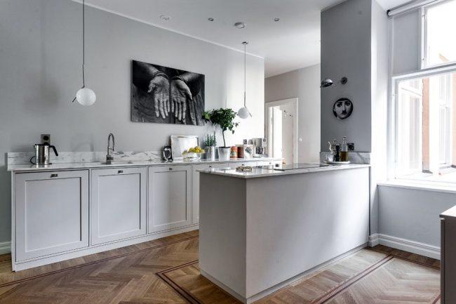 На кухне в скандинавском стиле хорошо могут смотреться небольшие картины