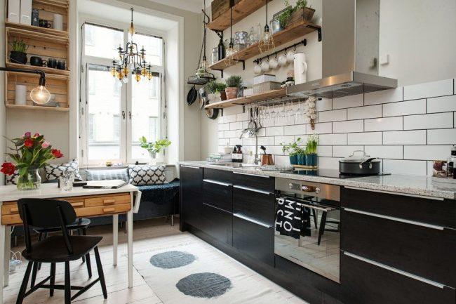 Уютное сочетание черного, белого и светло-коричневого цветов в оформлении скандинавской кухни