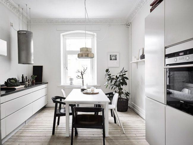 Пол из досок светлого дерева в кухне скандинавского стиля