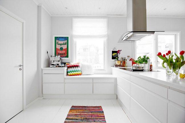 Крашенные белые доски на полу белой кухни в скандинавском стиле