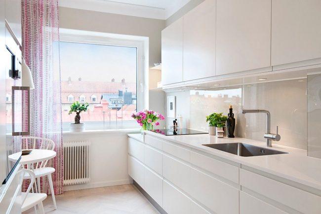 Молочный цвет стен и мебели, как альтернатива стерильно белому скандинавскому оформлению кухни