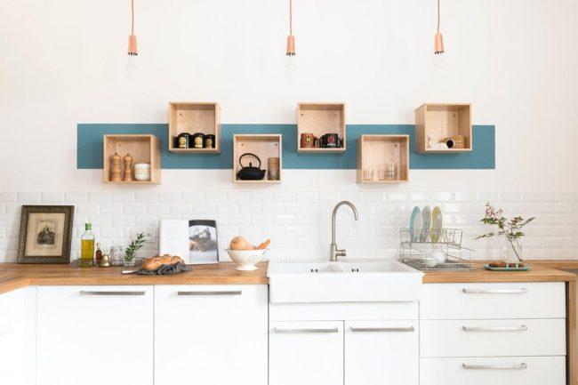 Кухня в скандинавском стиле с небольшими квадратными полками