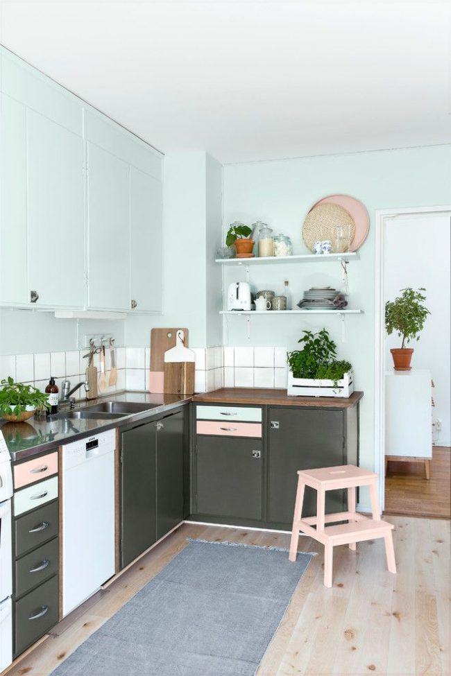 Пастельно-голубой цвет в сочетании с серым на небольшой кухне в скандинавском стиле