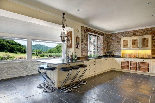 Просторный пустой балкон находящийся на кухне