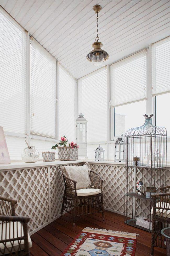 Уютная зона отдыхат в стиле шебби-шик на балконе