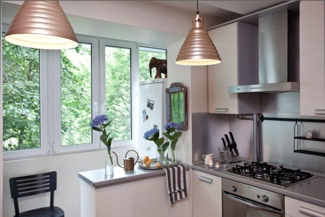 Кухня и балкон разделены небольшим подоконником