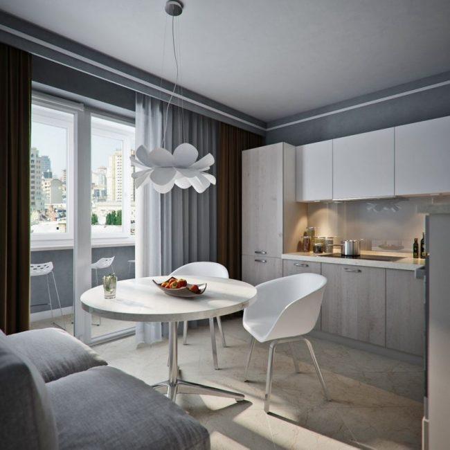 Объединение балкона с кухней: стеклянные двери и шторы в пол разделяют зону кухни и балкона
