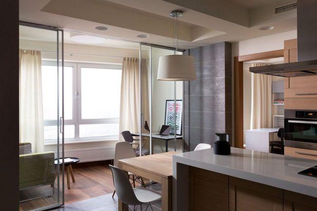 Кухня переходящая в зону рабочего кабинета, находящегося на балконе