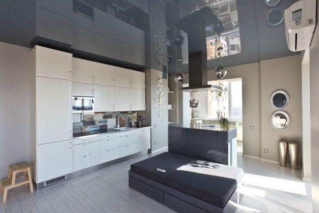 Современный интерьер кухни, объединенной с балконом