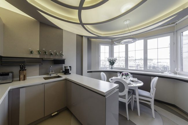 Зона столовой на балконе и кухни разделена небольшой барной стойкой, которая является и рабочей зоной