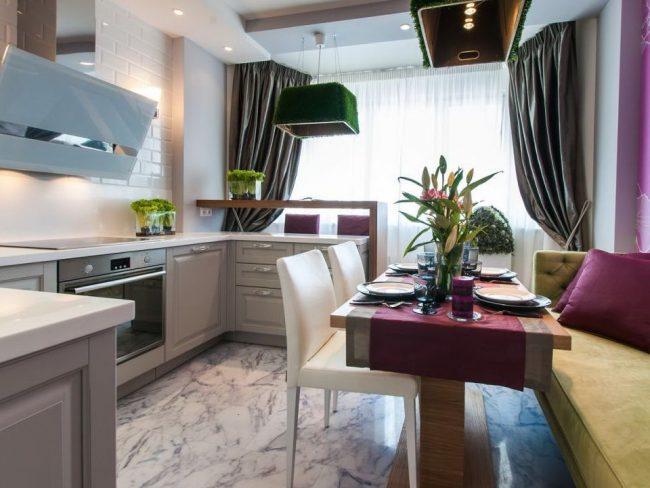 Яркая современная кухня объединенная с балконом