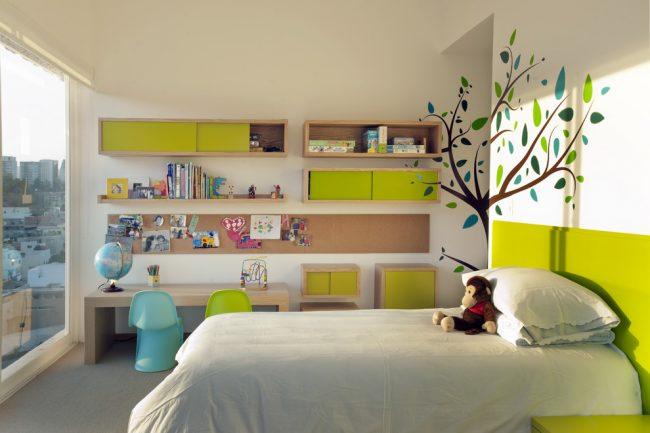 Мебель для комнаты школьника остается яркой и интересной, но с точки зрения функциональности это практически взрослый гарнитур