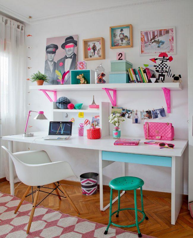 Яркие акценты в дизайне рабочей зоны девочки-школьницы