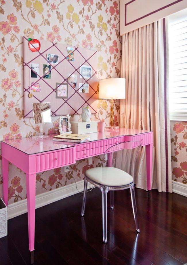 Розовая мебель прекрасно впишется в интерьер комнаты для девочки