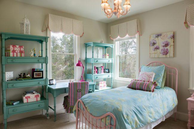 Красивое сочетание бирюзового и нежно-розового в дизайне спальни для девочки