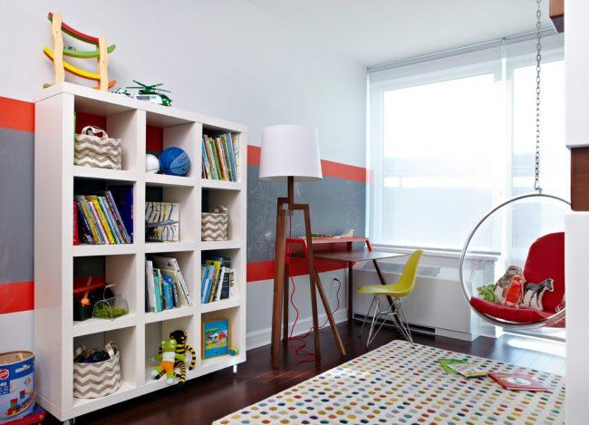 Грифельная доска над рабочим столом имеет не только декоративное, но и практическое назначение
