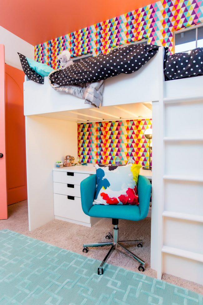 Кровать-чердак с рабочей зоной поможет сэкономить место в комнате