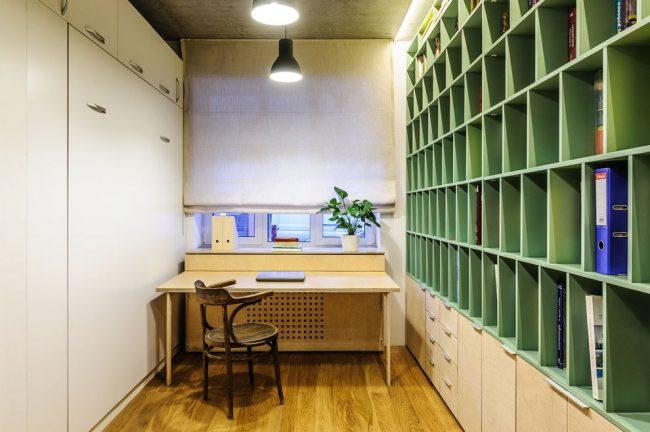 Небольшая комната с корпусной встроенной мебелью-трансформером
