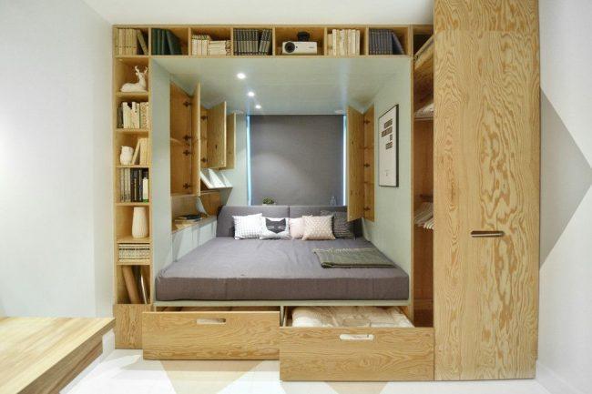 Мебельный трансформер, объединяющий кровать и множество ящиков - это идеальный вариант для маленькой квартиры