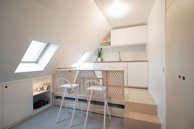 Мебель-трансформер для кухне, представленная в виде складных стульев и подиума с ящиками для хранения вещей