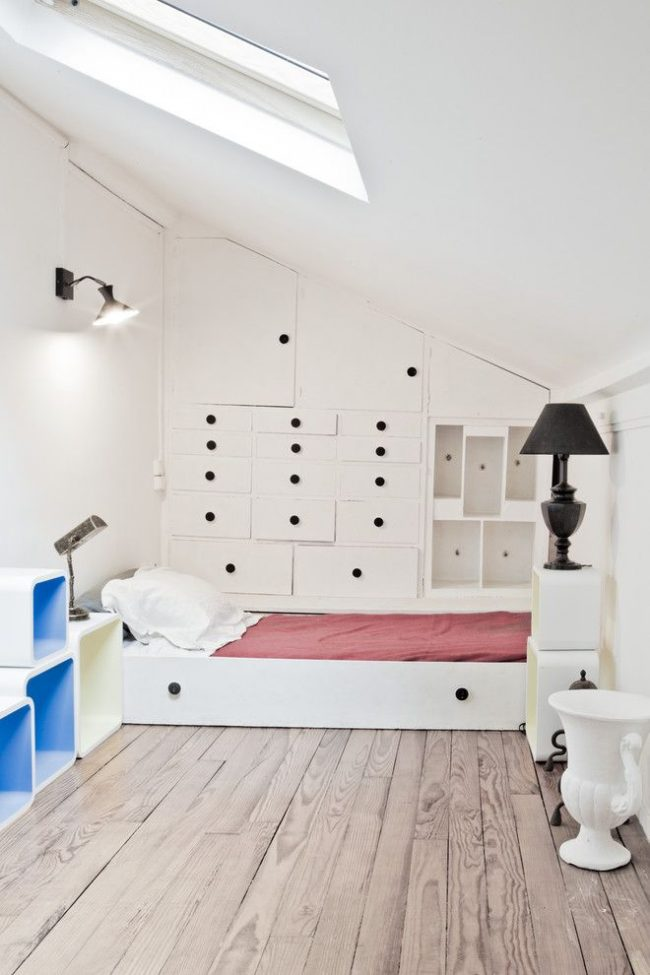 Кровать, выдвигаемая в виде нижней полки из шкафа