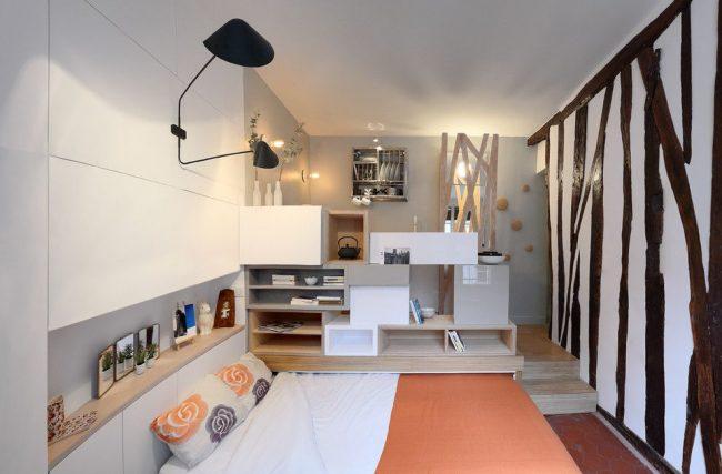 Выдвижная кровать, которая прячется в подиум сэкономит свободное пространство в малогабаритной квартире