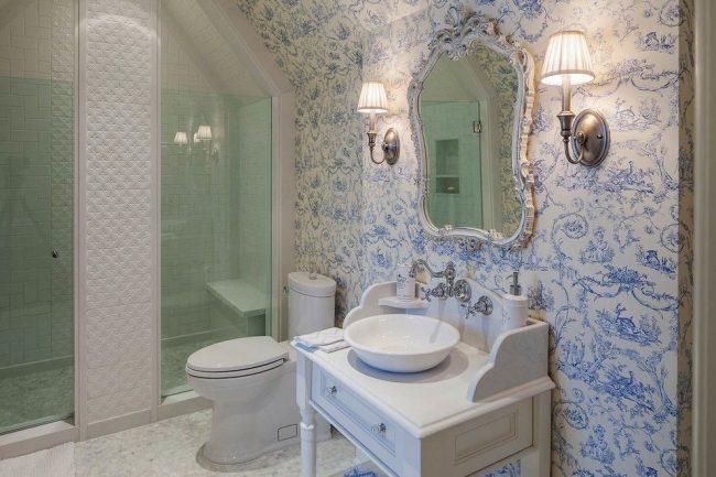 Обои в прованском стиле в светлой ванной комнате