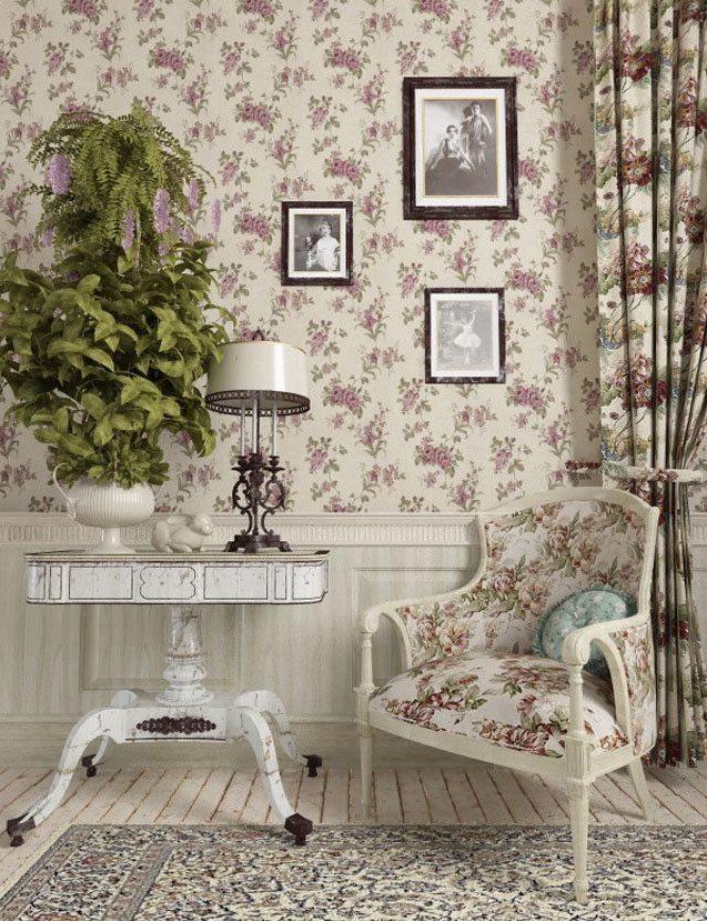 Рисунок обоев прованском стиле поддерживается рисунком на шторах и кресле