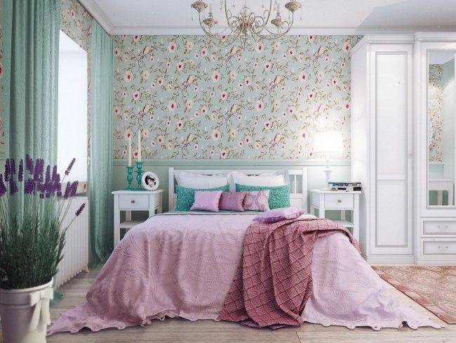 Прованский стиль обоев с цветным рисунком объединяет два основных цвета спальни