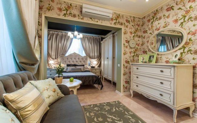 Крупные цветы на обоях в современной гостиной прованского стиля