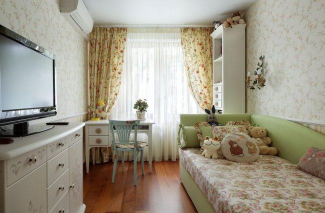 Детская комната со светлыми обоями в прованском стиле
