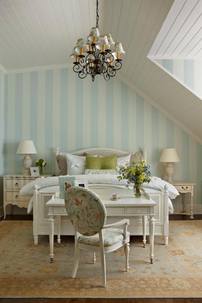 Очень уютно смотрится бело-голубая полоса пастельного оттенка на обоях в спальне