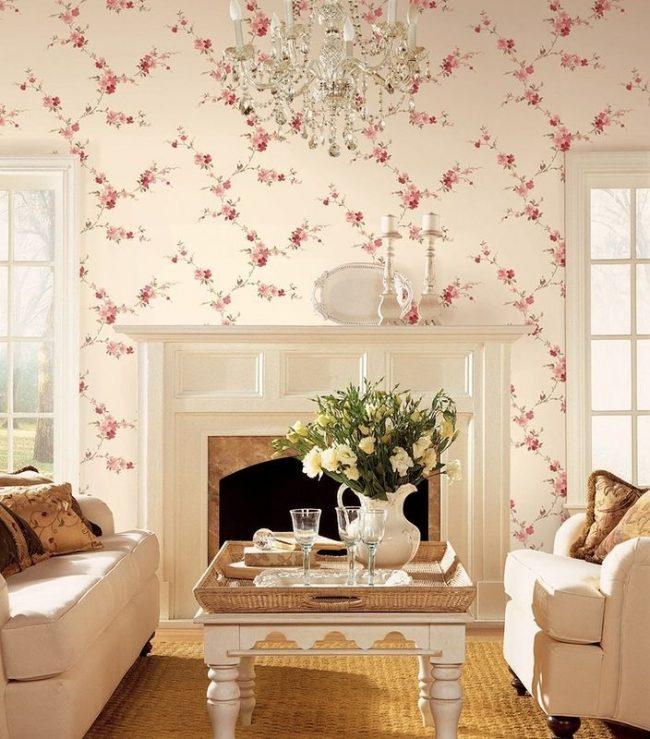 Романтичный цветочный рисунок на нежно-розовых обоях идеально подойдет для гостиной прованского направления