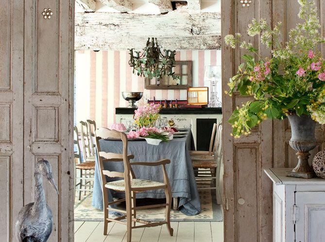 Бело-розовые полосатые обои в гостиной прованского стиля