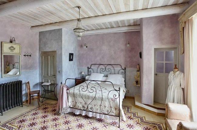 Обои пастельного цвета с имитацией штукатурки в прованской спальне